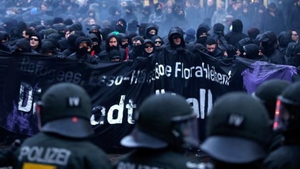 hier-regiert-der-schwarze-block-demonstration-vor-der-roten-flora-am-21-dezember